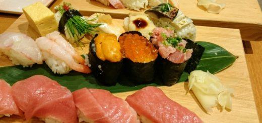 Tre sorters gunkan-sushi: sjöborre (uni), laxrom (ikura), maguro (tonfisk)