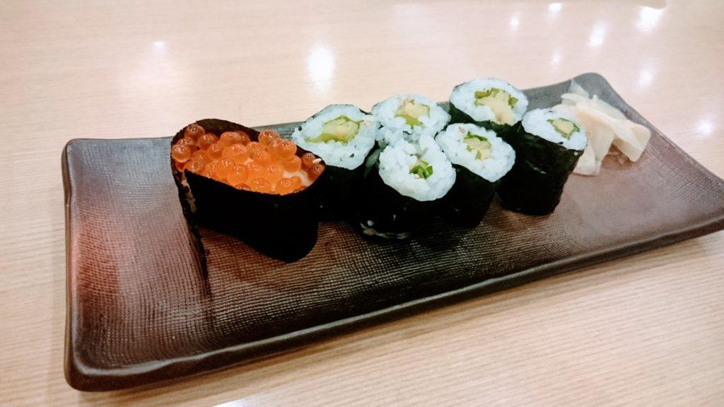 Ikura-gunkan med kappa-maki och ingefära