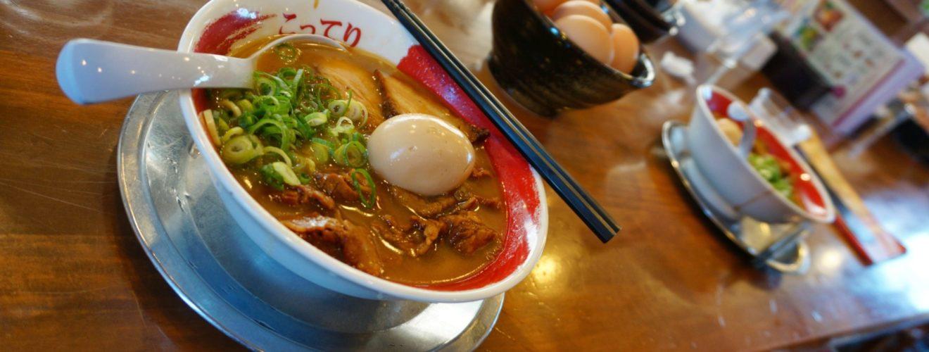 Smakrika tokushima-nudlar från Todai ramen med mycket kött och tillbehör