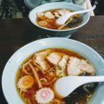 Soja-nudlar med lättare buljong, naruto-fiskkakor och fläskkött