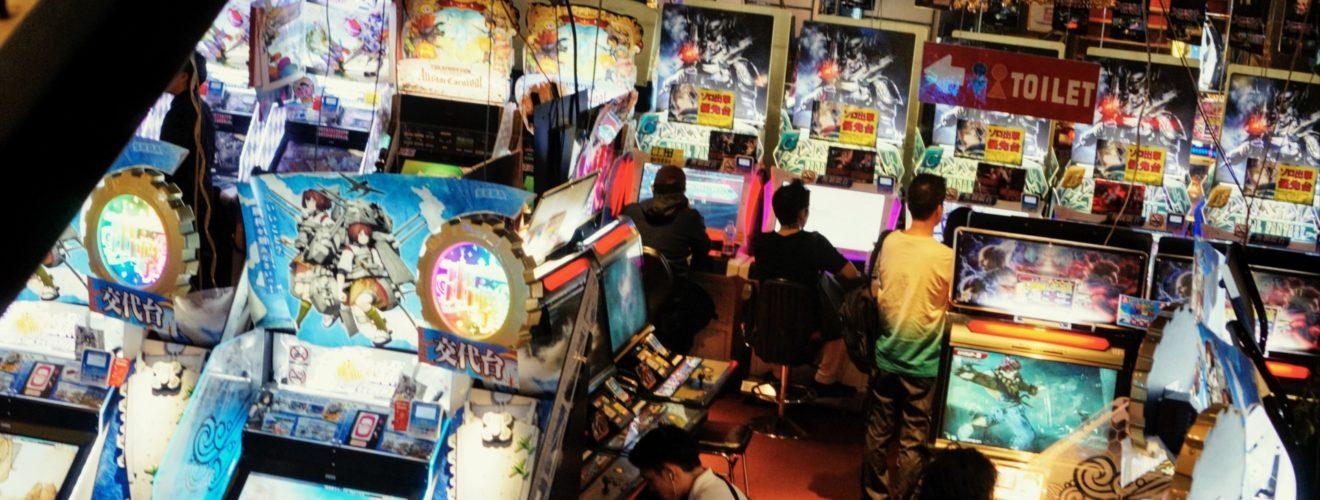 En uppsjö av spel och kabinetter i en arkadhall i Tokyo