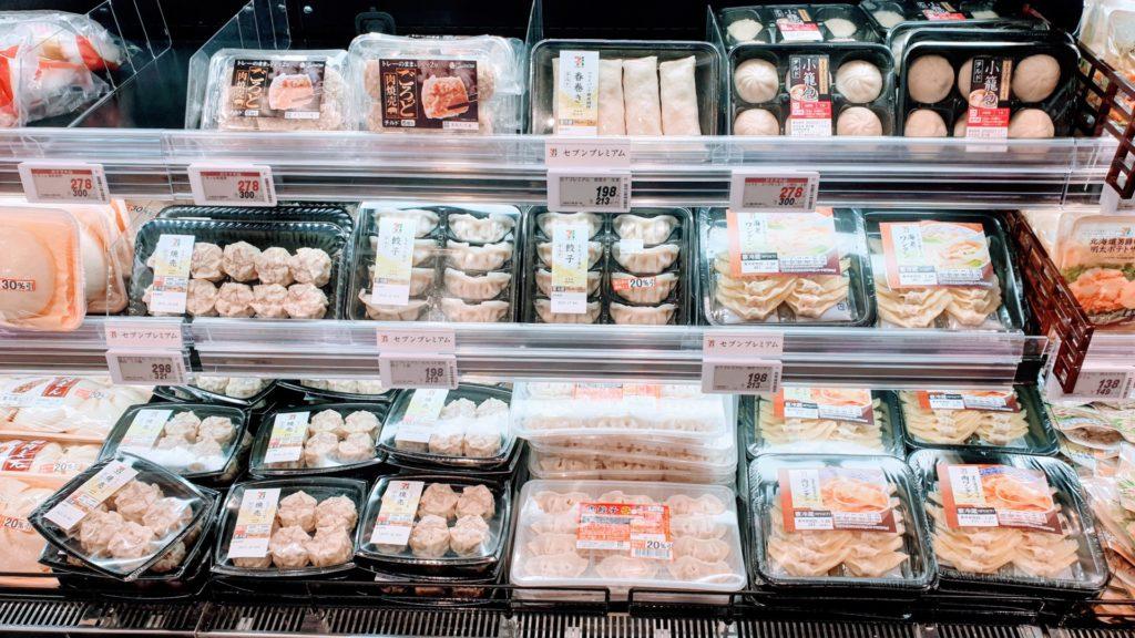Varierat utbud av olika dumplings i en supermarket